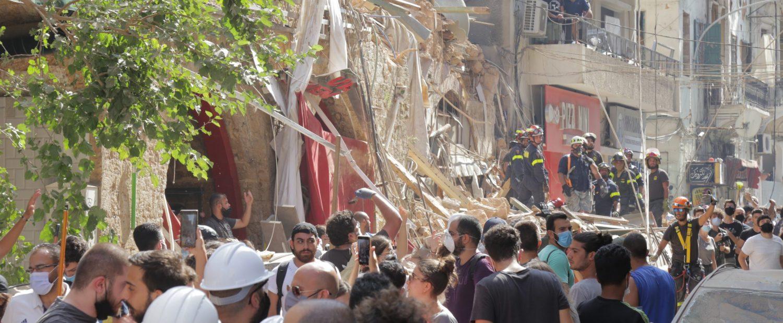 Reddingswerkers bij een ingestort gebouw.
