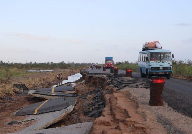 Afgebrokkelde snelweg door erosie die plaatsvond tijdens en na orkaan Idai.